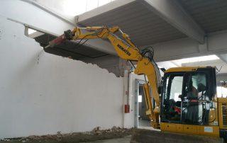 Demolizioni edifici industriale tramite scavatore Bellesia scavi