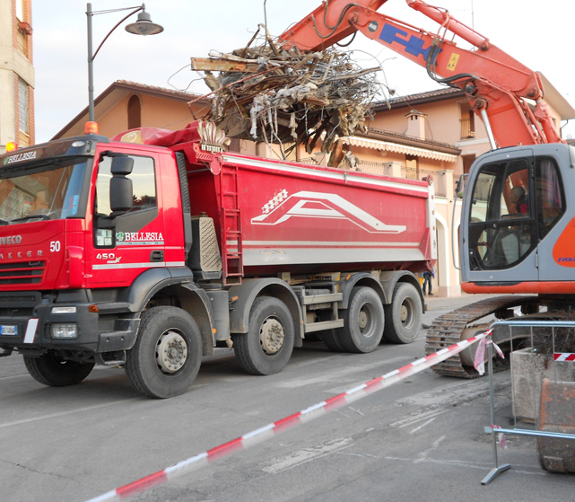 Demolizioni edifici tramite scavatore Bellesia scavi