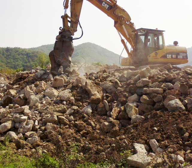 Demolizioni edifici tramite pinze Bellesia scavi